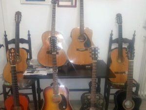 Acht Gitarren